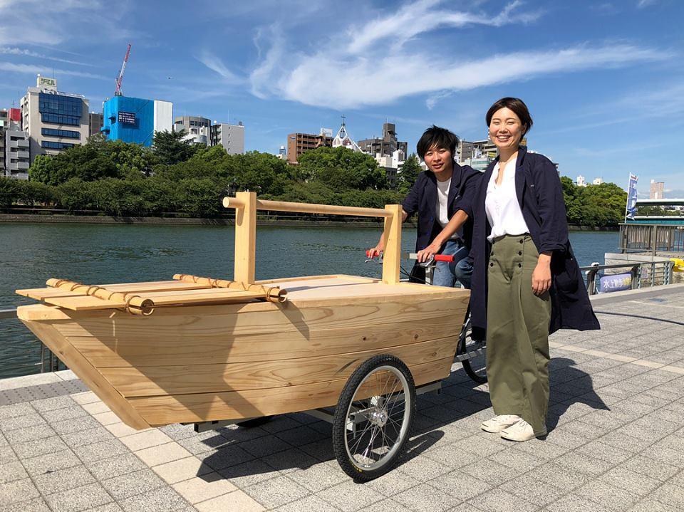 船型カーゴバイク「伏見マール」を披露する林さんと下寺さん
