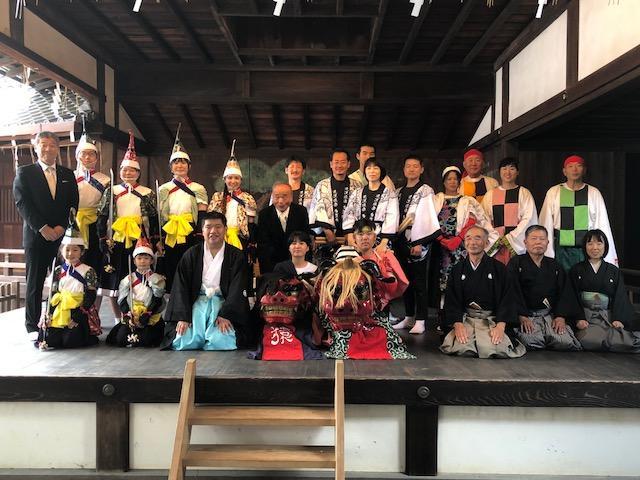 御香宮神社で奉納公演を行った近江猿楽多賀座メンバーら