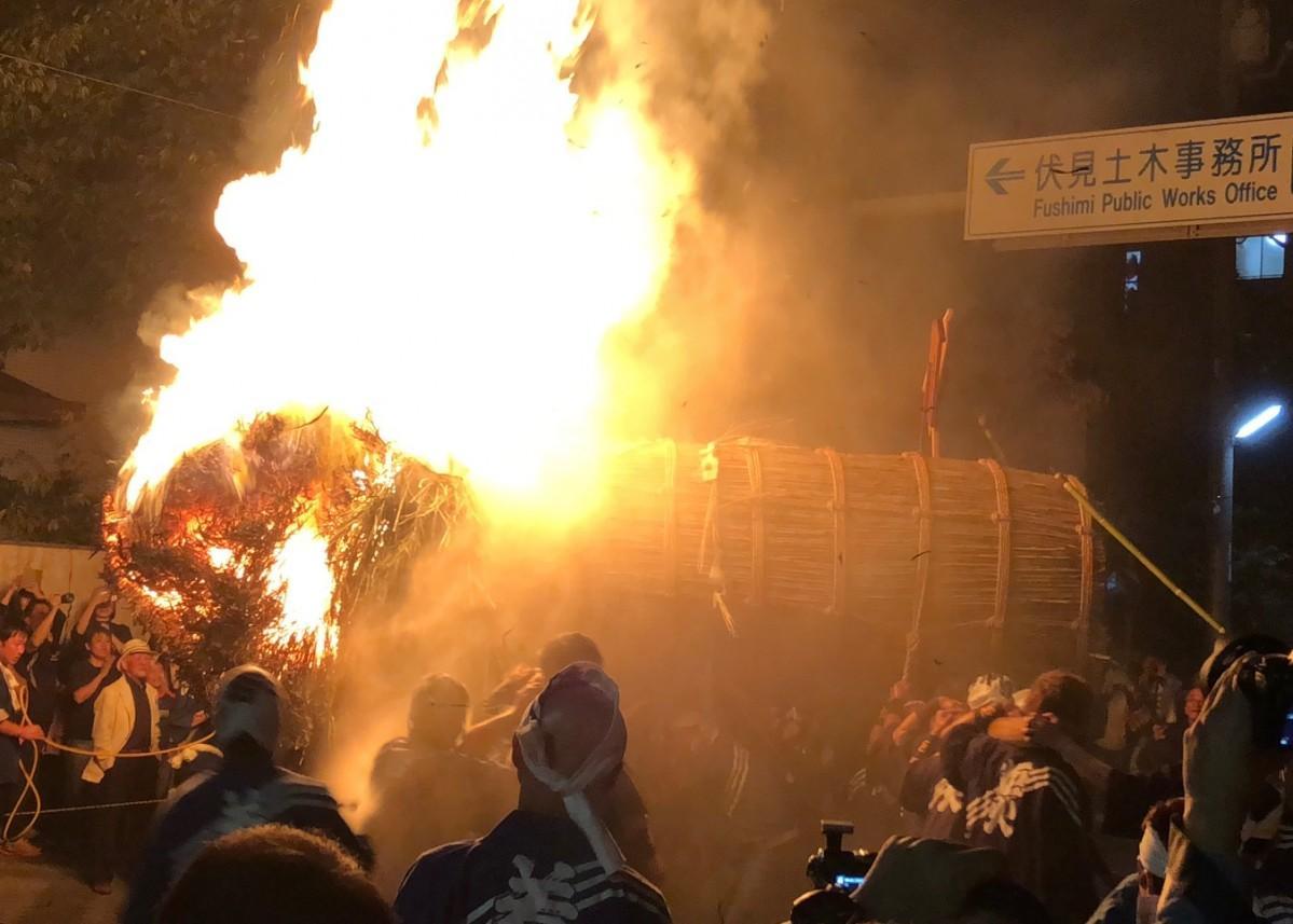 道路標識を飲み込む勢いの三栖神社炬火祭の豪快な火柱