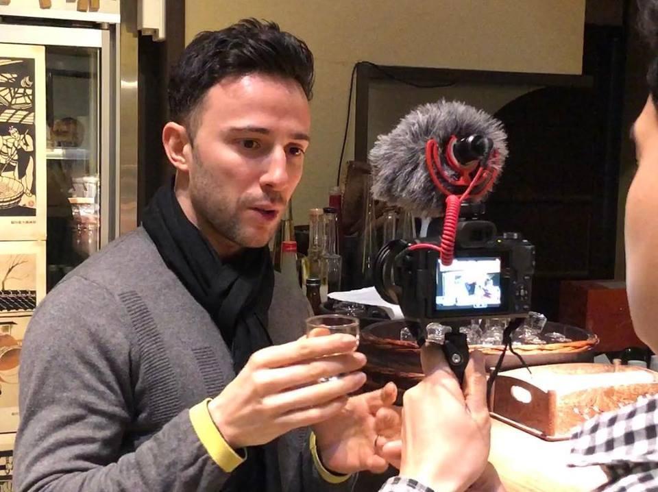 伏見の日本酒のプロモーション動画を撮影するユーチューバーのローレント・カッシアさん