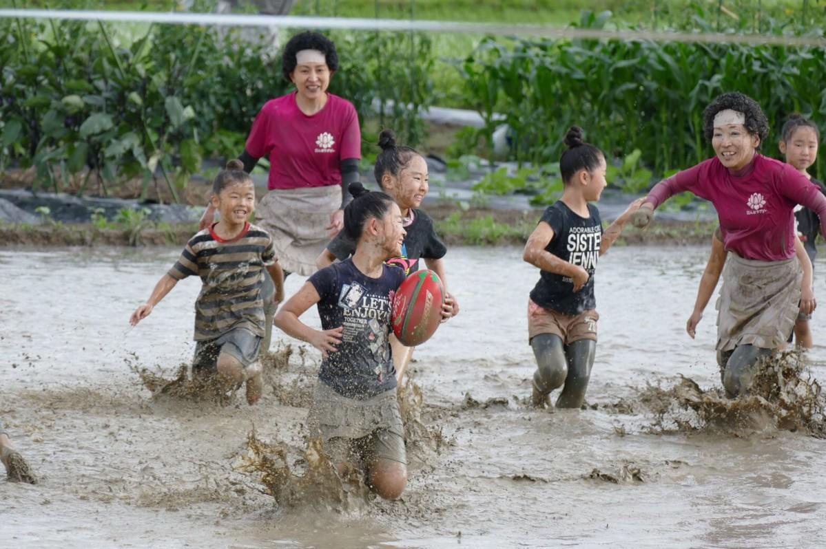 伏見向島・たんぼラグビーで躍動する選手