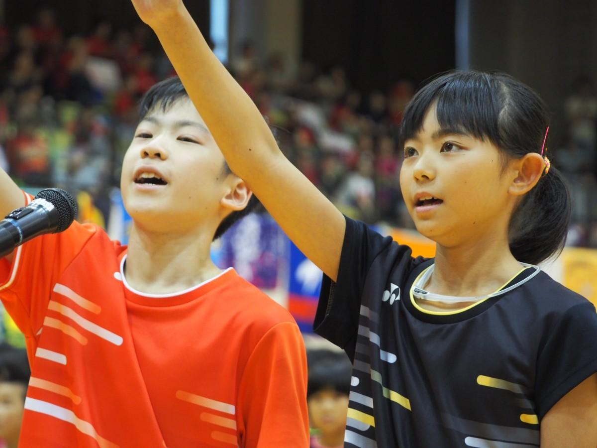 選手宣誓する木根智哉さんと岩井夏穂さん