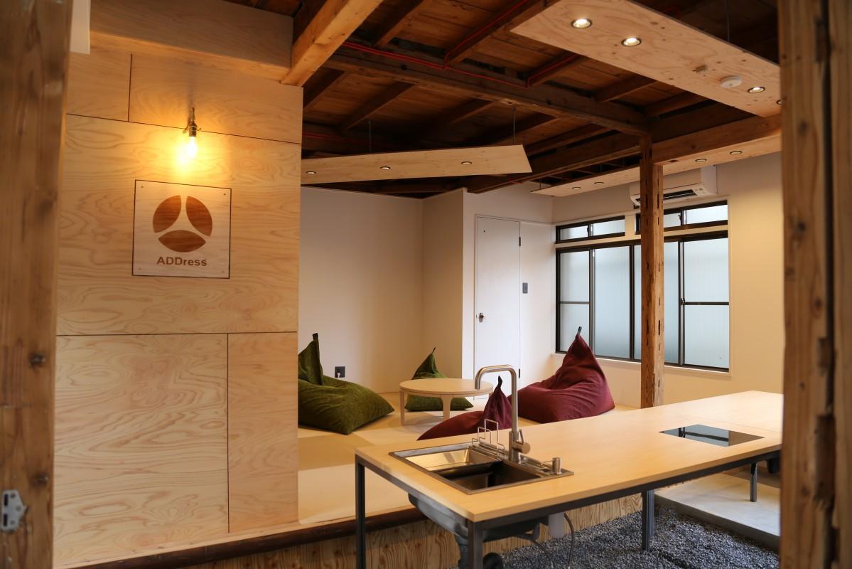 地元伏見の「大東寝具工業」のソファを導入した共有スペース