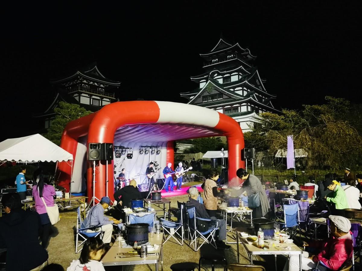 伏見桃山城天守を背景に行われる前夜祭