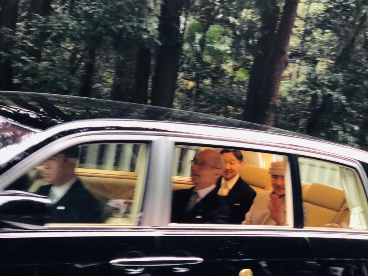 伏見桃山御陵参道を笑顔で通過される両陛下