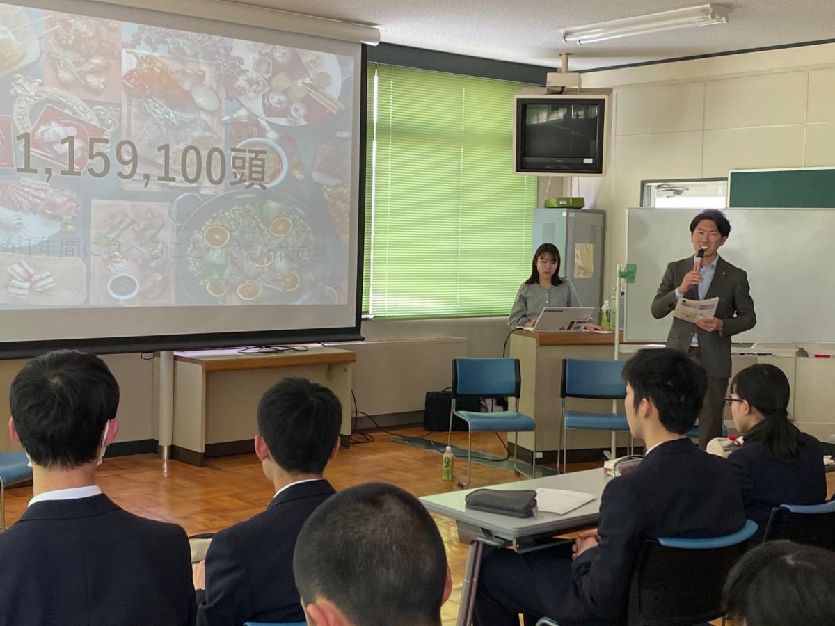 京都すばる高校で講演を行う笠井大輝さん