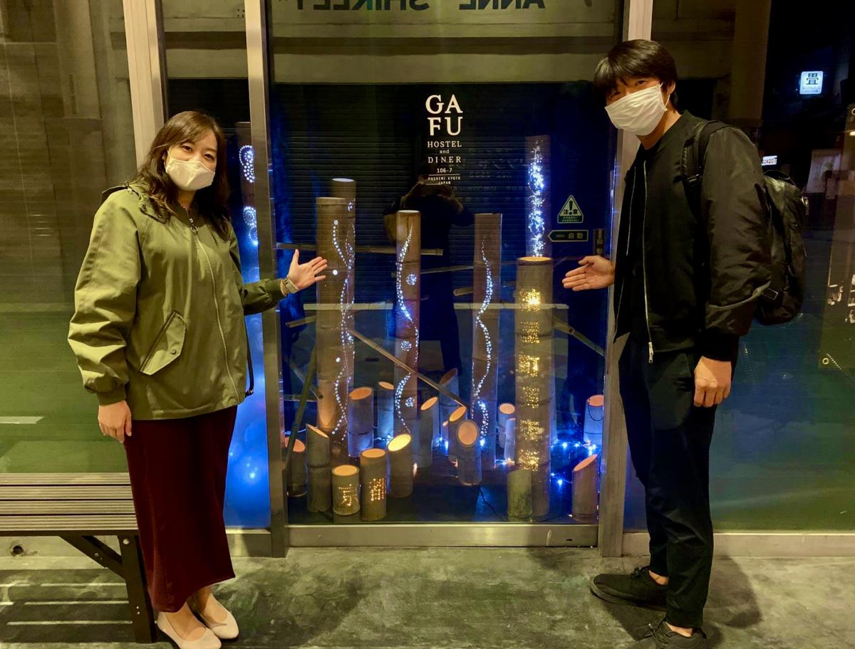リレーした竹明かりライトアップを紹介する「新京極商店街」と「るてん商店街」担当者
