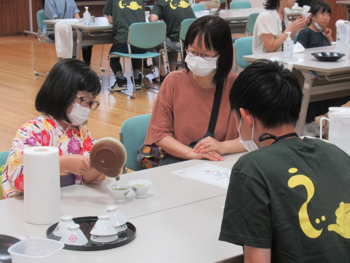 宇治茶を淹れる小学生参加者