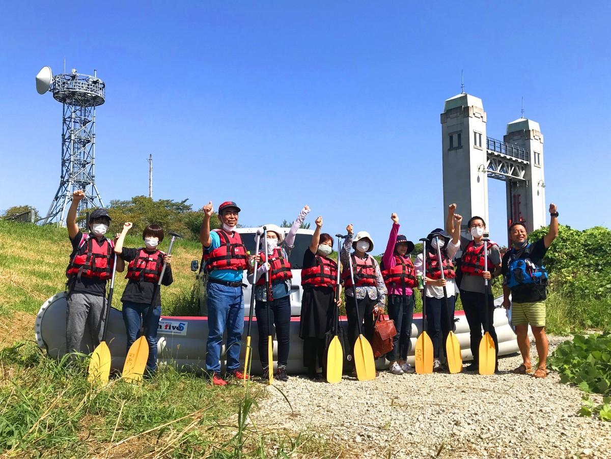 三栖閘門でポーズをとる宇治Eボート川下りに参加したメンバー