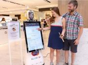 韓国の現代百貨店に「AI通訳ロボット」 売り場案内、歌披露も