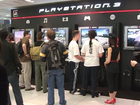 「PS3」最新機種でゲームを楽しむ来館者たち