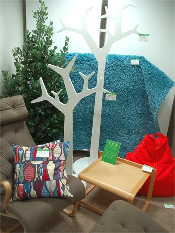 スウェーデンの家具を集めたコーナー。木を模したコートラックや日本の生活スタイルを考えて作られた椅子、ラグなども紹介された