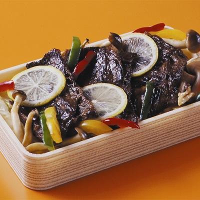 東京初出店となる長崎「ホテル咲き都」の、平戸牛をレモン汁に漬け込み特製のタレで焼き上げた「レモンステーキ弁当」。