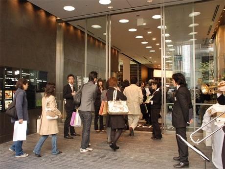 並木通り沿いにオープンした「銀座Velvia館」。11時のオープン時来館したのは約200名。
