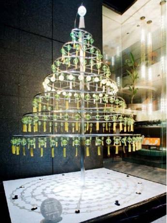 銀座ミキモト、夏のツリー登場-約180個の風鈴が涼やかな音色