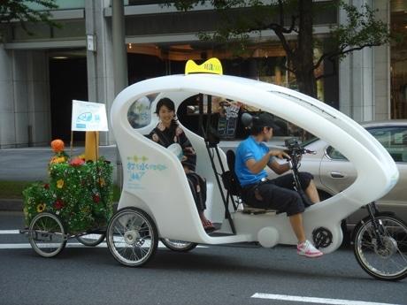 丸ビル~東京国際フォーラム間を無料で運行する、日本初の「散水ベロタクシー」