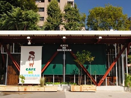 雑誌「ソトコト」が運営する「カフェ・ド・シンラン」外観。光が多く差し込むよう背面以外を透明アクリルにし、緑、朱色を効果的に取り入れた。
