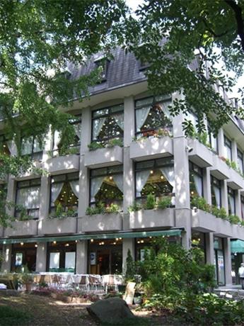 毎年9月25日に10円でカレーを提供、売上金を全額寄付している日比谷松本楼本店外観。オープンは1903年、今年で創業104年を迎える。