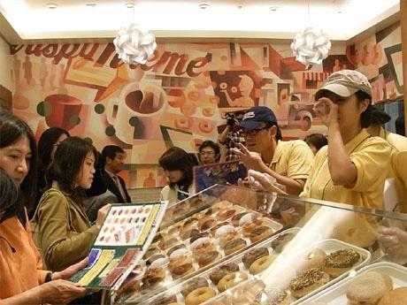 内覧会で報道陣が殺到した「クリスピー・クリーム・ドーナツ」店内の様子。根強い人気を物語る。