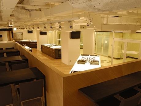 「ABC Cooking Studio+m MARUNOUCHIスタジオ」内装の様子。「+m GINZA」も白や茶を効果的に用い、落ち着いた雰囲気の内装に。