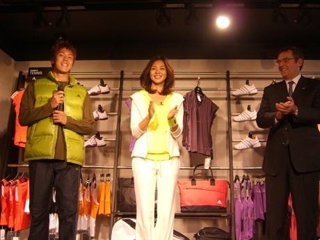 同店プレビューイベントに参加した伊野波選手、SHIHOさん、同社パスカル・マルタン社長(左より)。
