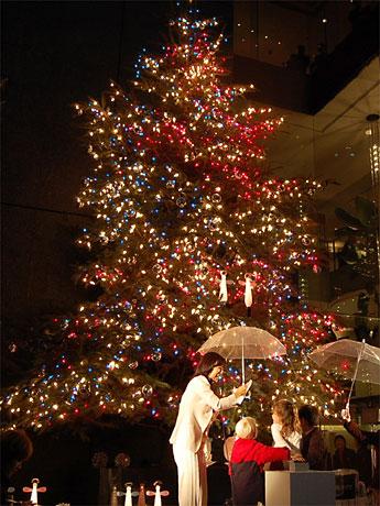 銀座・ミキモト本店で行われたジャンボクリスマスツリー点灯式の様子。