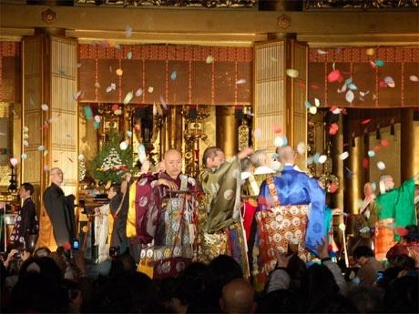 8宗派の僧侶が「散華」(さんげ)を空中に散らし「世界平和」を祈願した「東京ボーズコレクション法要」のようす。