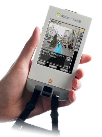 専用携帯情報端末「ユビキタス・コミュニケータ(UC)」(写真)を持った参加者は銀座のショッピング情報や観光情報を受信しながら街散策を体験できる。