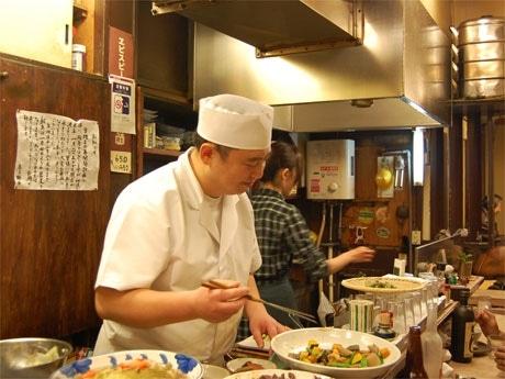 俳人・鈴木真砂女さん創業の小料理屋「卯波」の亭主、今田宗男さん。最終日の25日は常連客で満席が続いた。