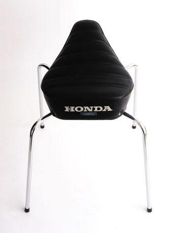 バイクのシートに4本脚のフレームを接合した「サンプリングファーニチャ」。