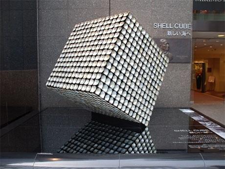銀座・ミキモト本店前に展示される1,500枚のアコヤ貝で装飾された「SHELL CUBE(シェルキューブ)」。