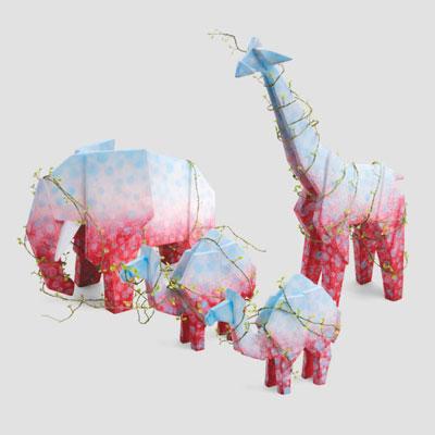 真っ白なキャンバスに見立てられた陶器の動物たちが、新たなアート作品として生まれ変わった