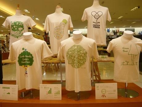 店頭に並ぶ「1億人のグリーンパワーキャンペーン」公式オーガニックTシャツ