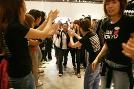 「H&M」スタッフの花道に迎えられる先頭客。前日夜8時から並んだといい、喜びもひとしお