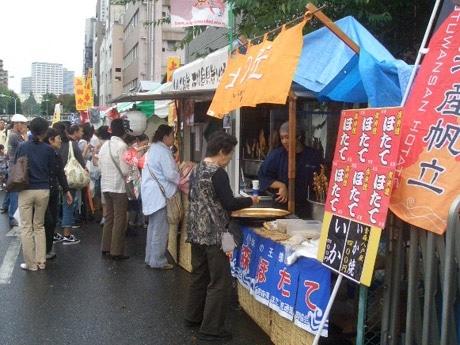 「秋の試食育まつり」初日に小田原橋駐車場で開催された「試食まつり」のようす