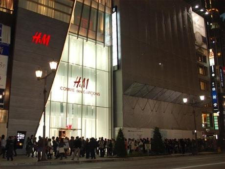 9月のオープン以来「おなじみ」となったH&Mの行列。通常オープン直後に混雑が見られることが多いが、この日は夕方過ぎまで行列が続いた