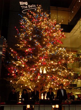 銀座ミキモト前には高さ約10メートルのジャンボクリスマスツリーが登場。クリスマスを祝う光と音の演出が楽しめる