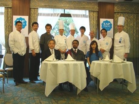 記者会見に出席した日本ユニセフの速水研さん(前列左)、マダガスカル駐日大使館の特命全権大使ジミー・ラミアンジソンさん(前列中央)、山口もえさんと参加レストランのシェフらが顔をそろえた