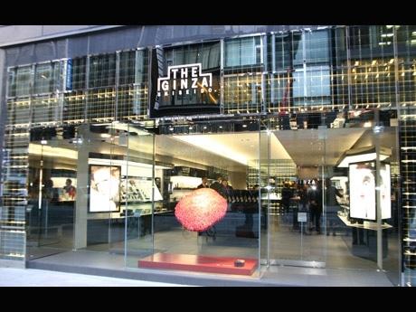 中央通りに面した「ザ・ギンザ銀座店」。エントランス部にはウィンドーを用い開放感のある雰囲気に仕上がった(写真=ファサード)