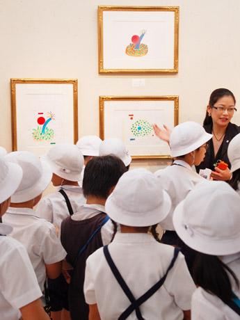 日動画廊での様子。同画廊担当者の解説を熱心に聞く児童の姿が見られた