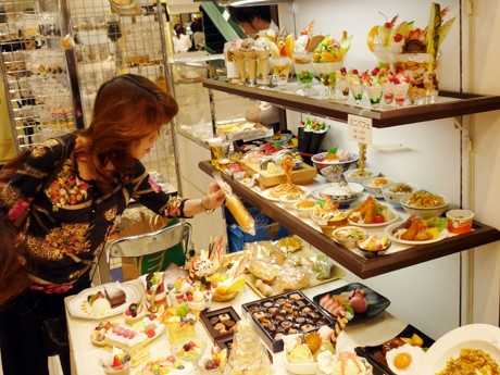 ずらりと並ぶ食品サンプルの数々。イベントスペースは多くの女性でにぎわいを見せていた