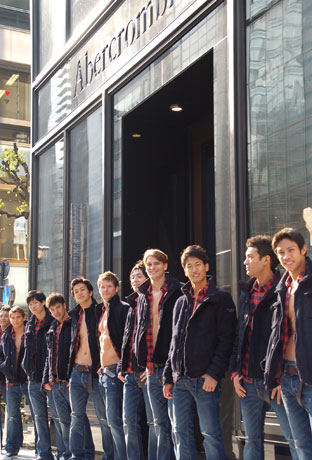 銀座6丁目の交差点の角地にオープンする「アバクロンビー&フィッチ 銀座店」。ストア・モデルたちの年齢はさまざま