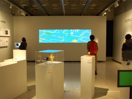 会場では、映像上映のほか、これまで手がけてきた機械・装置を並べ活動を紹介