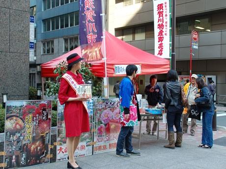 マルシェでは須賀川市の「ミス牡丹」も店頭に立って募金活動