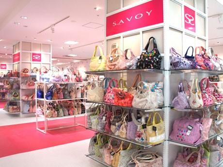 白で統一した「SAVOY」の店内には、4千点のバッグが並ぶ