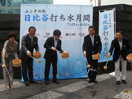 帝国ホテルを中心に、日比谷の5施設が共同で打ち水を実施