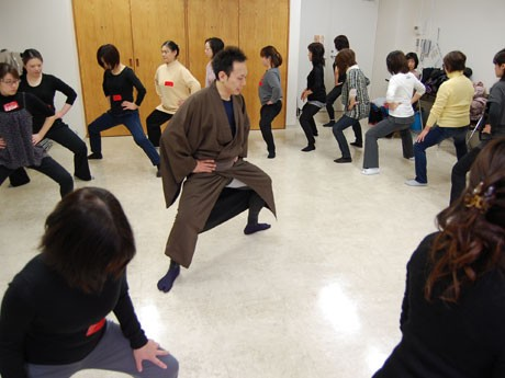 東銀座で「歌舞伎体操」-役者・中村橋吾さんが「箱割り」「すり足」指導