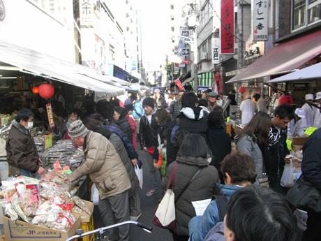 年始の買い出し客であふれる築地場外市場