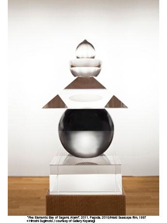 杉本博司さんが光学ガラスを使って整形した五輪塔。球形部には「海景」フィルムを納めている