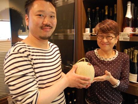 50万円相当の夕張メロン(右はゼネラルマネジャーの門脇紀子さん)